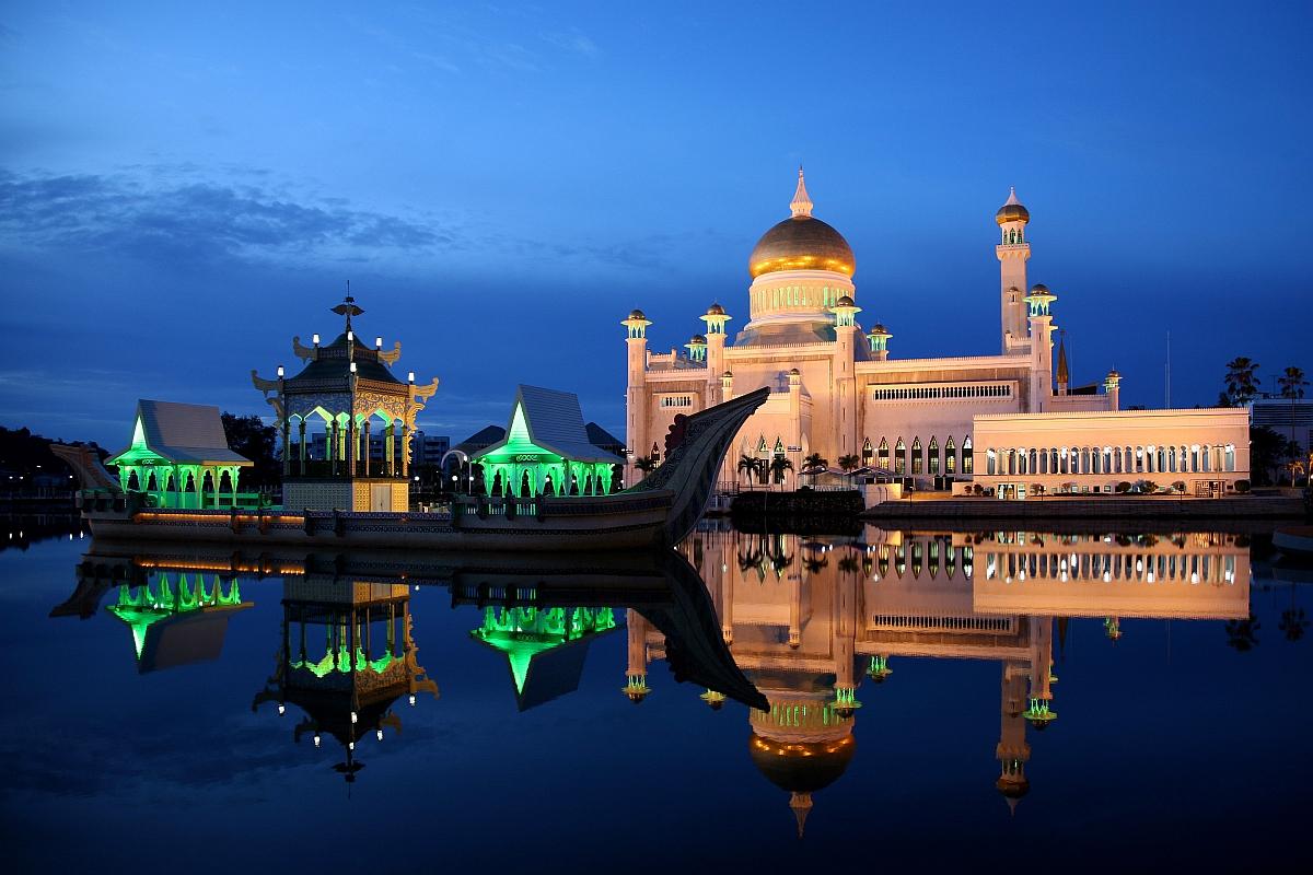 http://www.thesmartlocal.com/images/easyblog_images/731/Bandar-Seri-Begawan-Sultan-Omar-Ali-Saifuddin-Mosque.jpg